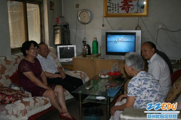 副局长与107中学校领导同老人家属亲切交谈-副局长曾昭传走访慰问图片