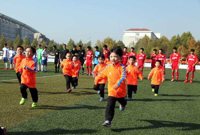 开幕式上,我市小学生表演足球啦啦操.图片