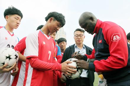 推动校园足球发展,前世界足球先生乔治・维阿造访郑州九中