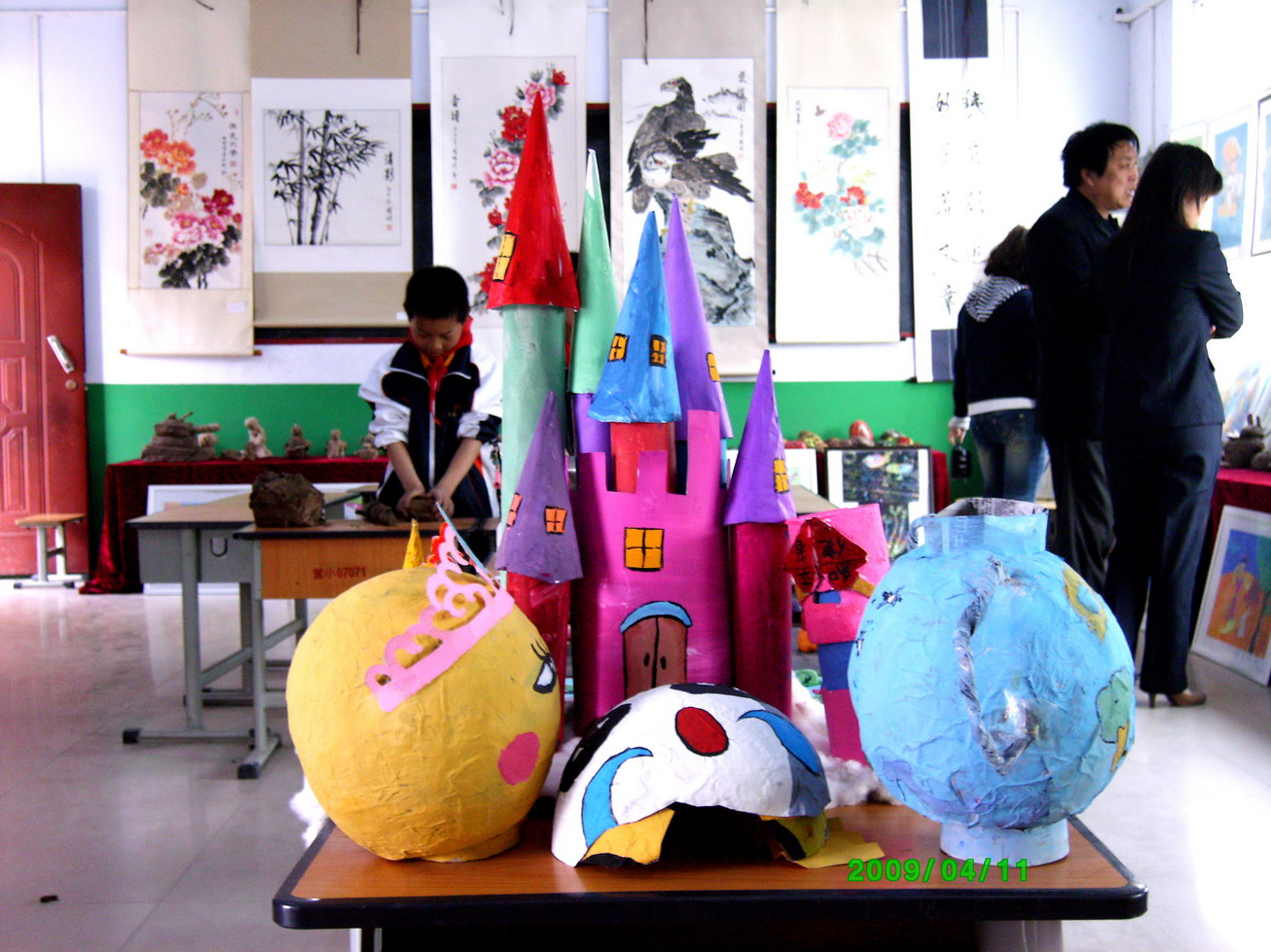 4月11日上午,郑州市经济技术开发区教育艺术节暨艺术展示活动,在经开区营岗小学隆重举行。郑州市教育局郭跃华局长、体卫艺处荆改强处长,和教育局教学研究室美术学科教研员田金良同志参加了开幕式并参观了各项艺术展示活动。本次活动全面展示了经开区在中小学生艺术方面的教育成果。活动主要由学生现场作画、书法、手工制作、泥塑、画展、艺术表演等形式组成,来自全区各中小学的近百名学生艺术精英参加了艺术展示活动。现场艺术气氛浓郁,选手们都聚精会神的投入到自己的艺术创作中。创作完成,互相交流感受心得,展示作品。本次活动取得圆满成