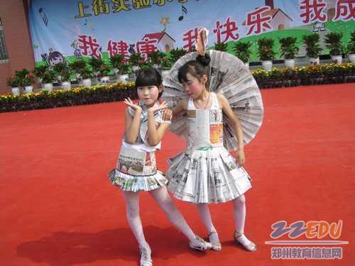 用纸做的儿童时装秀; [上街]