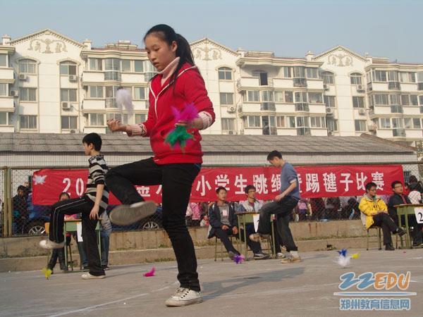 千余小学生比赛跳绳踢毽子