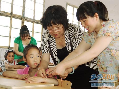 小学生带老师-教师为学生佩戴五色丝线-简短活动知民俗 快乐体验迎端午