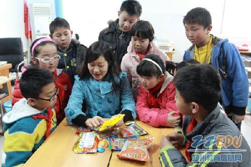 同学们听老师讲三无食品的危害-认识三无食品 争做健康卫士