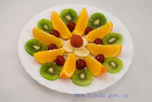 原来是孩子们在欣赏自己的水果拼盘,品尝自己制作成的各种造型的美味图片