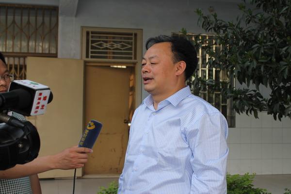 教体局党委书记,局长李成林接受登封电视台,登封教育电视台采访图片