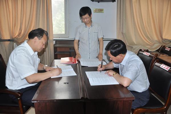 教体局党委书记,局长李成林与考点主考签订目标责任书图片