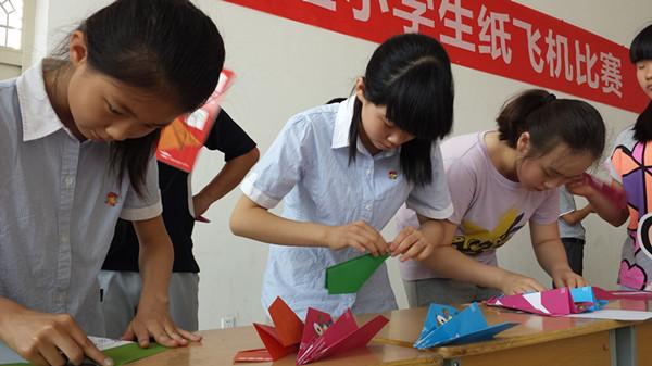 尤其在进行悬浮纸飞机留空计时接力项目时