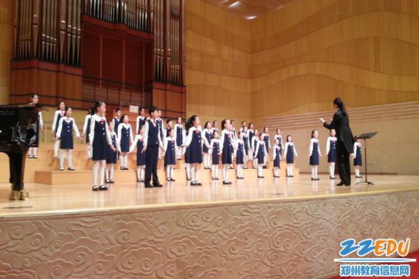 郑东新区小学湖小学合唱团与德国合唱团在省艺绑被龙子女生图片