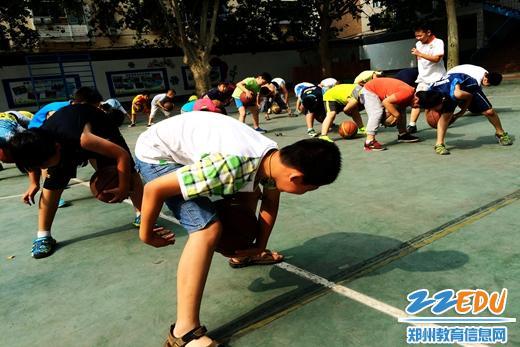 二七区幸福路小学暑期篮球集训 汗水灌溉梦想