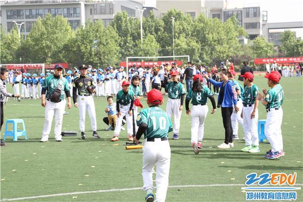 郑东新区第六届软式棒垒球锦标赛开幕光阳视频300赛艇广告图片
