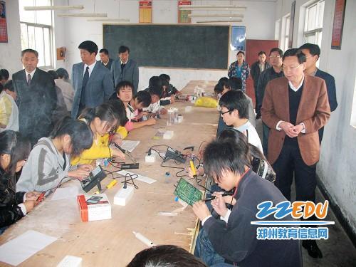 调研组视察郑州机电工程工程学校电子班学生实习操作