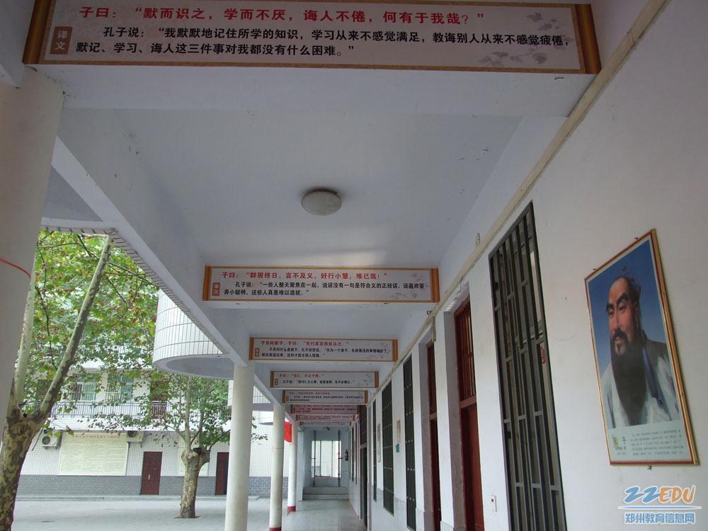 学校精心布置了校园文化环境,在走廊和楼梯的墙壁上悬挂粘贴上了许多图片