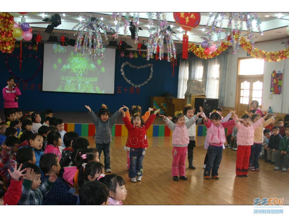 老师们和孩子们快乐互动,互祝新年   老师们给孩子们带来了欢快的节目    稚嫩可爱的宝宝班幼儿在表演节目   12月31日,郑州市实验幼儿园喜气盈盈,充满了节日气氛,小朋友们在老师们的精心策划和组织下,召开迎新年联欢会。   在老师和幼儿用巧手装饰的喜庆华丽的舞蹈大厅里,歌声飞扬、笑声飘荡,小朋友们分年龄段在这里开展了联欢活动。 小班的孩子们表演的我是小兵等节目稚拙可爱,引来老师们的阵阵欢笑。中班的小朋友舞蹈滑稽的脚先生滑稽有趣,集体舞拍手唱歌笑哈哈热闹非凡。 大班幼儿技高一筹,精心准备