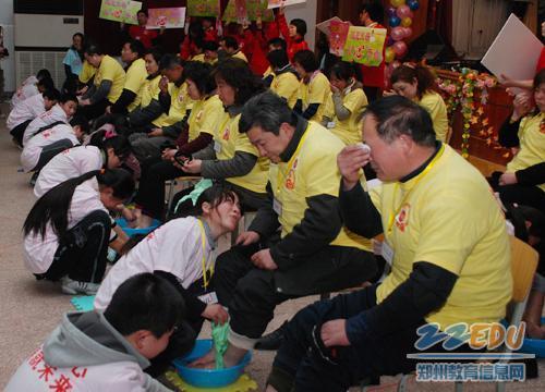 多位中学生集体给父母洗脚表感恩 -百名中学生集体为父母洗脚谢恩