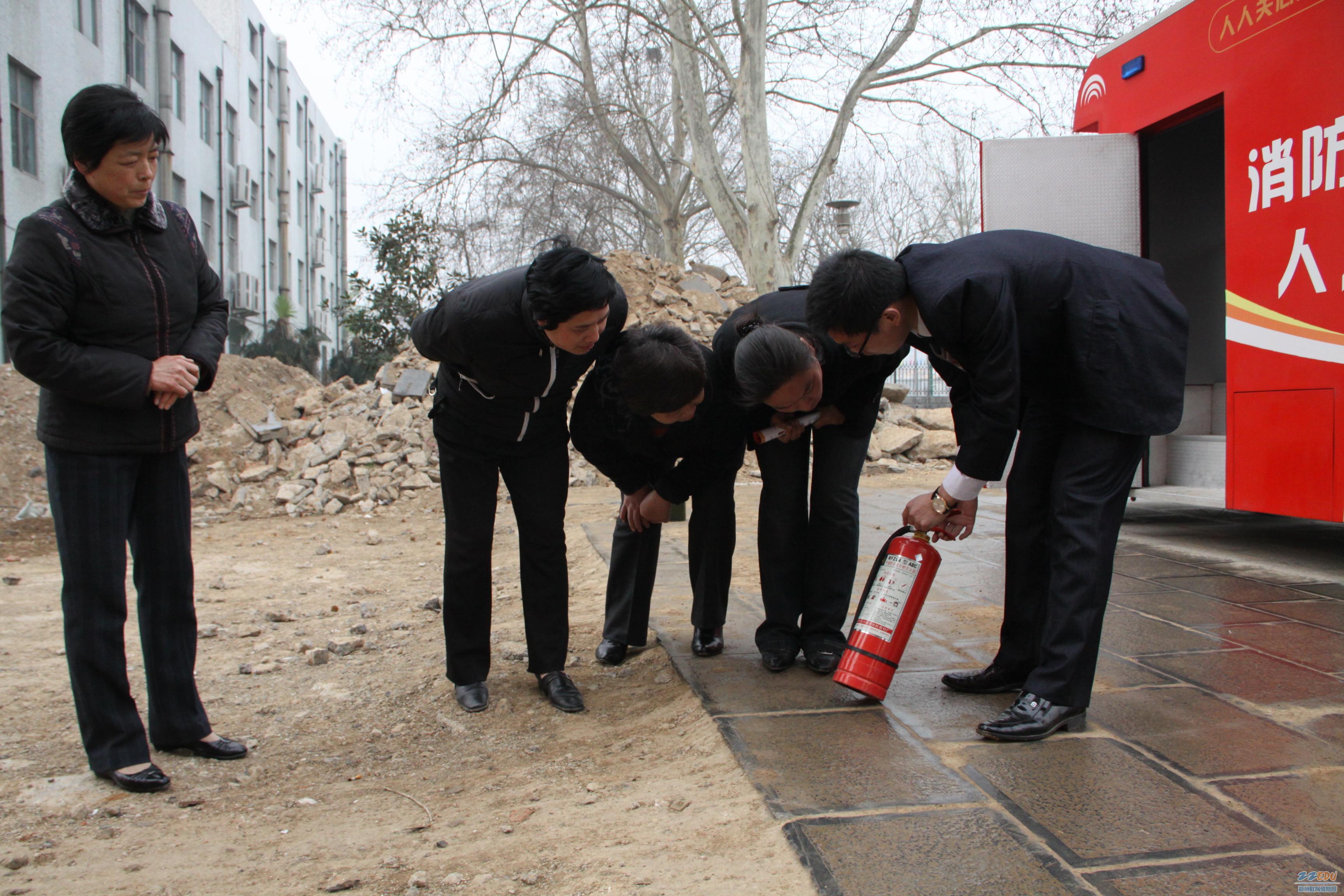对后勤管理人员进行灭火器使用的培训