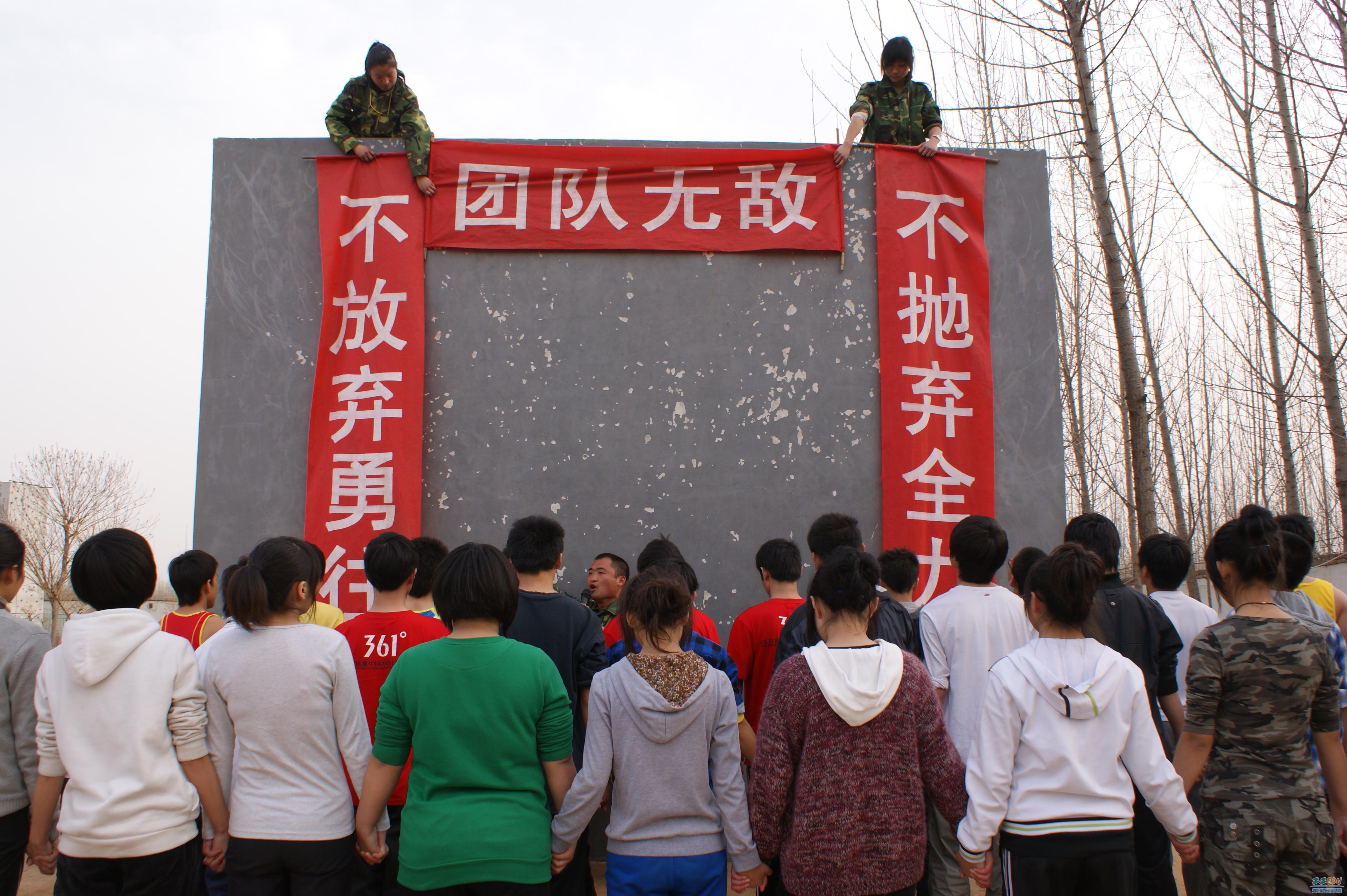 高二年级全体学生沐浴着初春的阳光,来到郑州八中综合实践基地,进行了