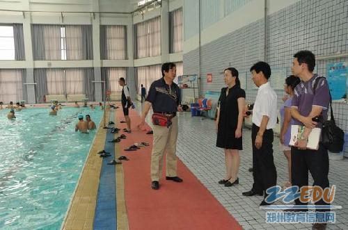 团一行参观七中游泳馆-洛阳市教育考察团来七中参观交流