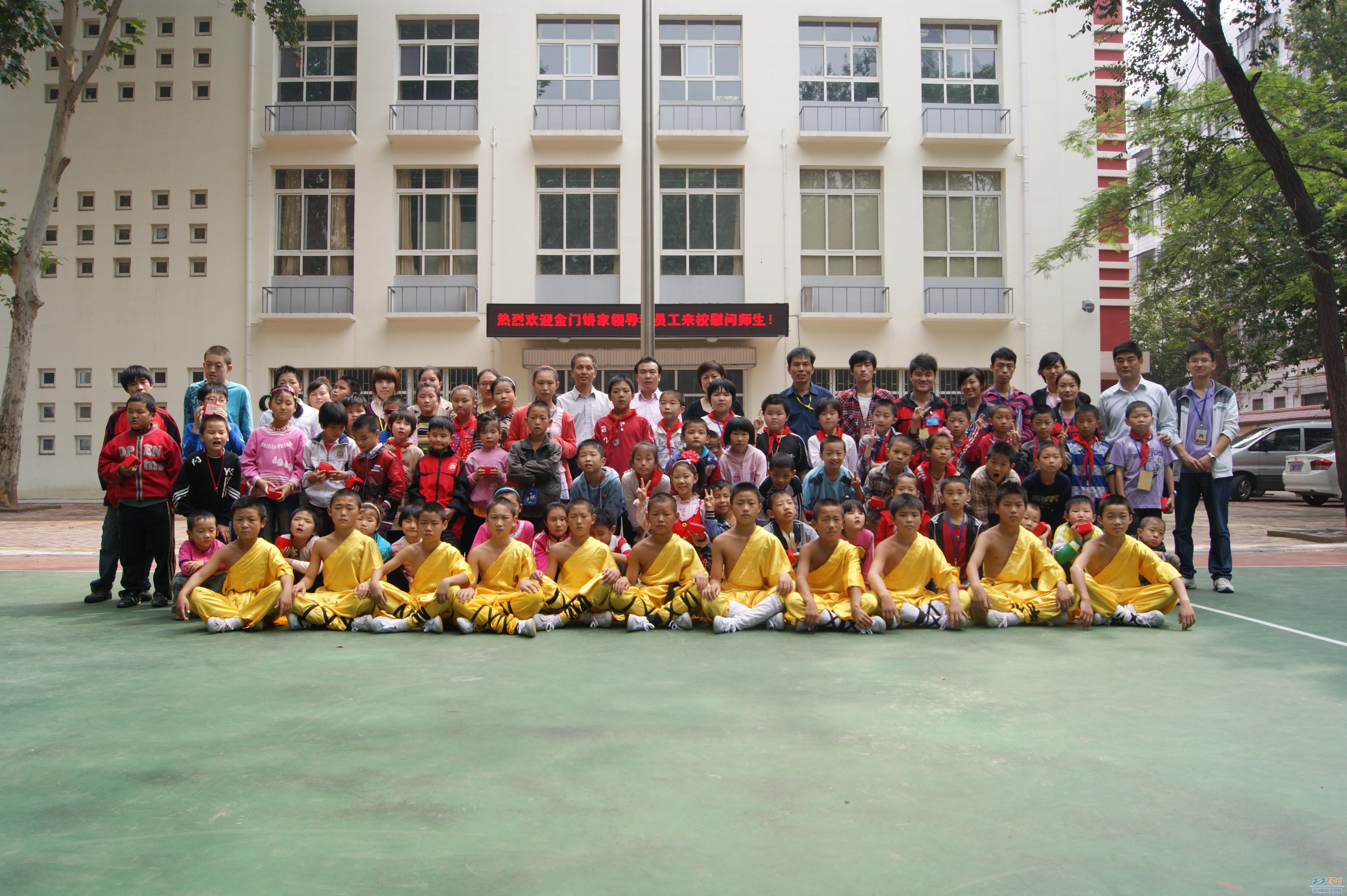 郑州市盲聋哑学校的部分师生与社会爱心人士亲切合影