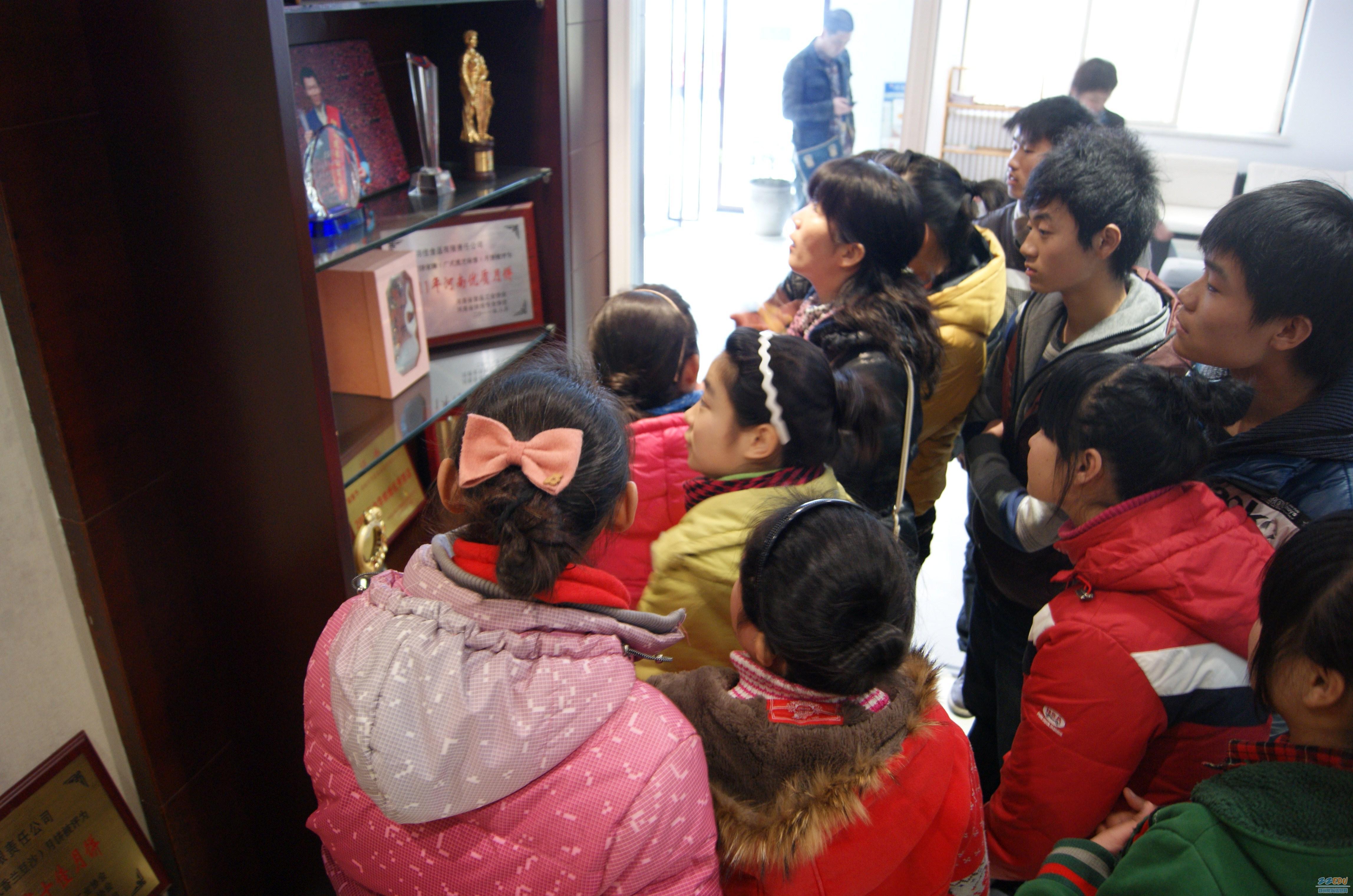 郑州盲聋哑学校师生参观金门饼家荣誉展览室 高清图片