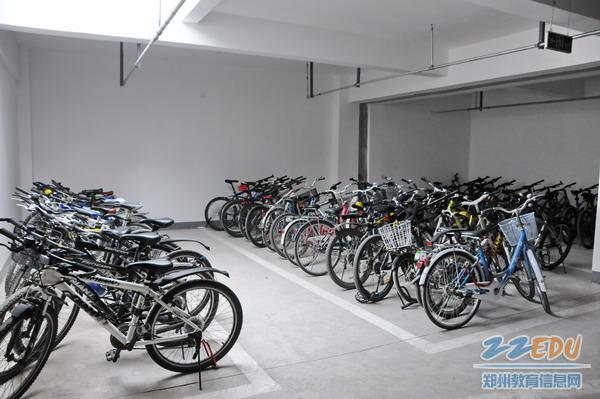 学生自行车入地下停车场