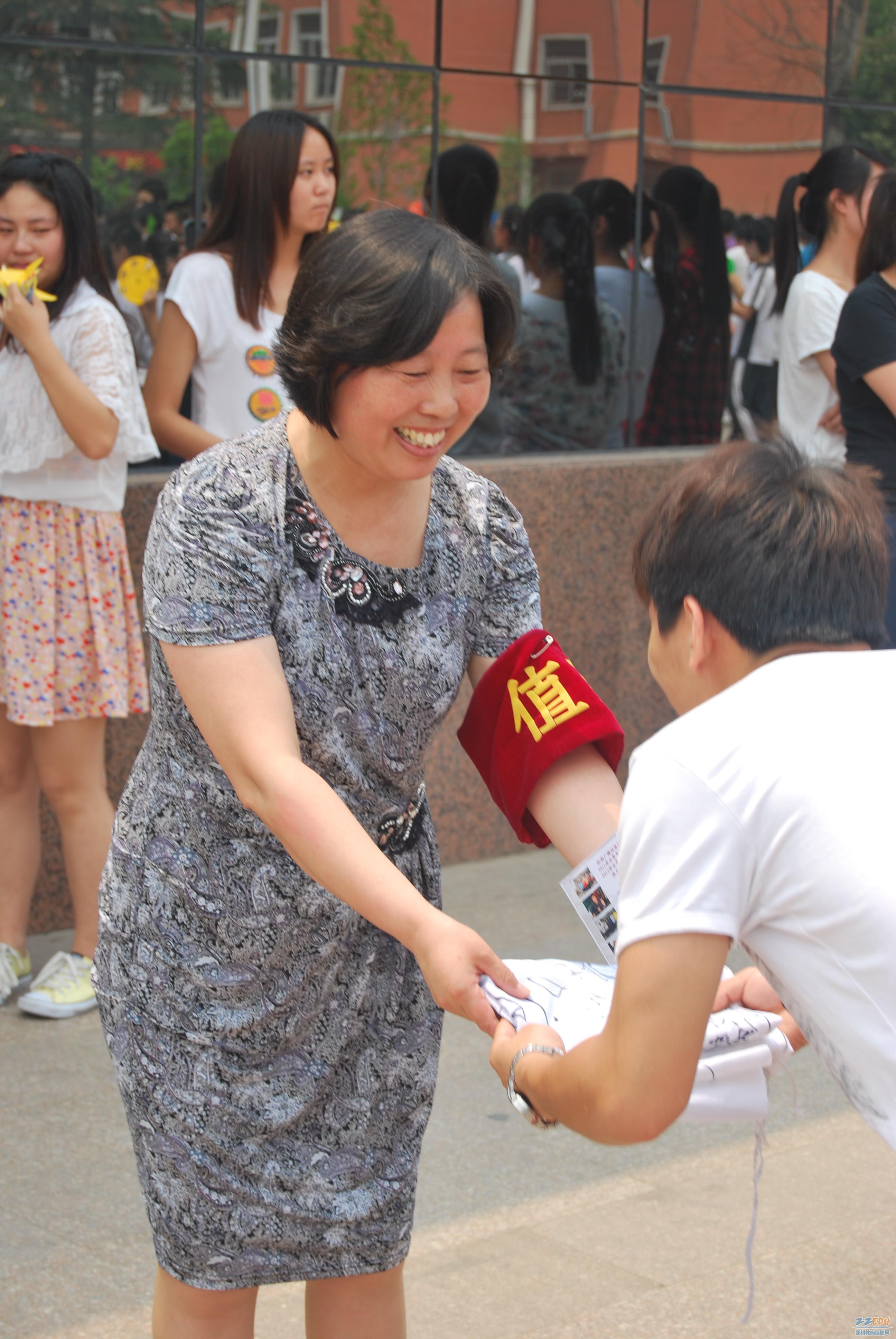 校园 温馨 长队/向校长赠送签名班旗,祝母校明天更美好!