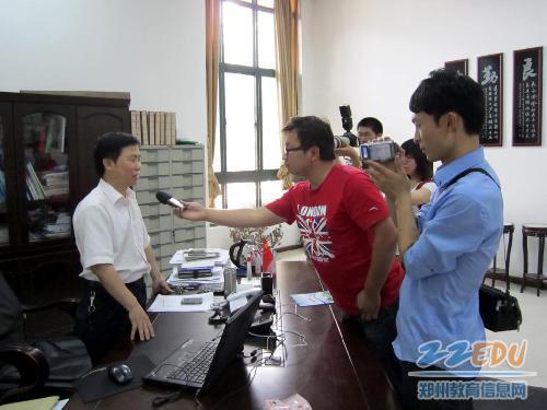 媒体采访郑州11中副校长段全庆(刘洋高中时期数学老师)