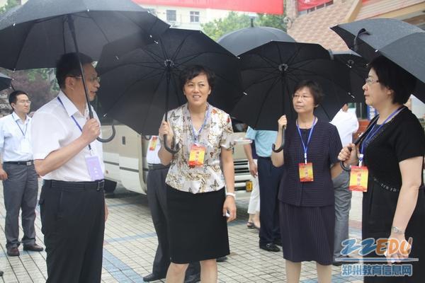 郑州/郑州市副市长刘东一行冒雨视察郑州19中中招考点