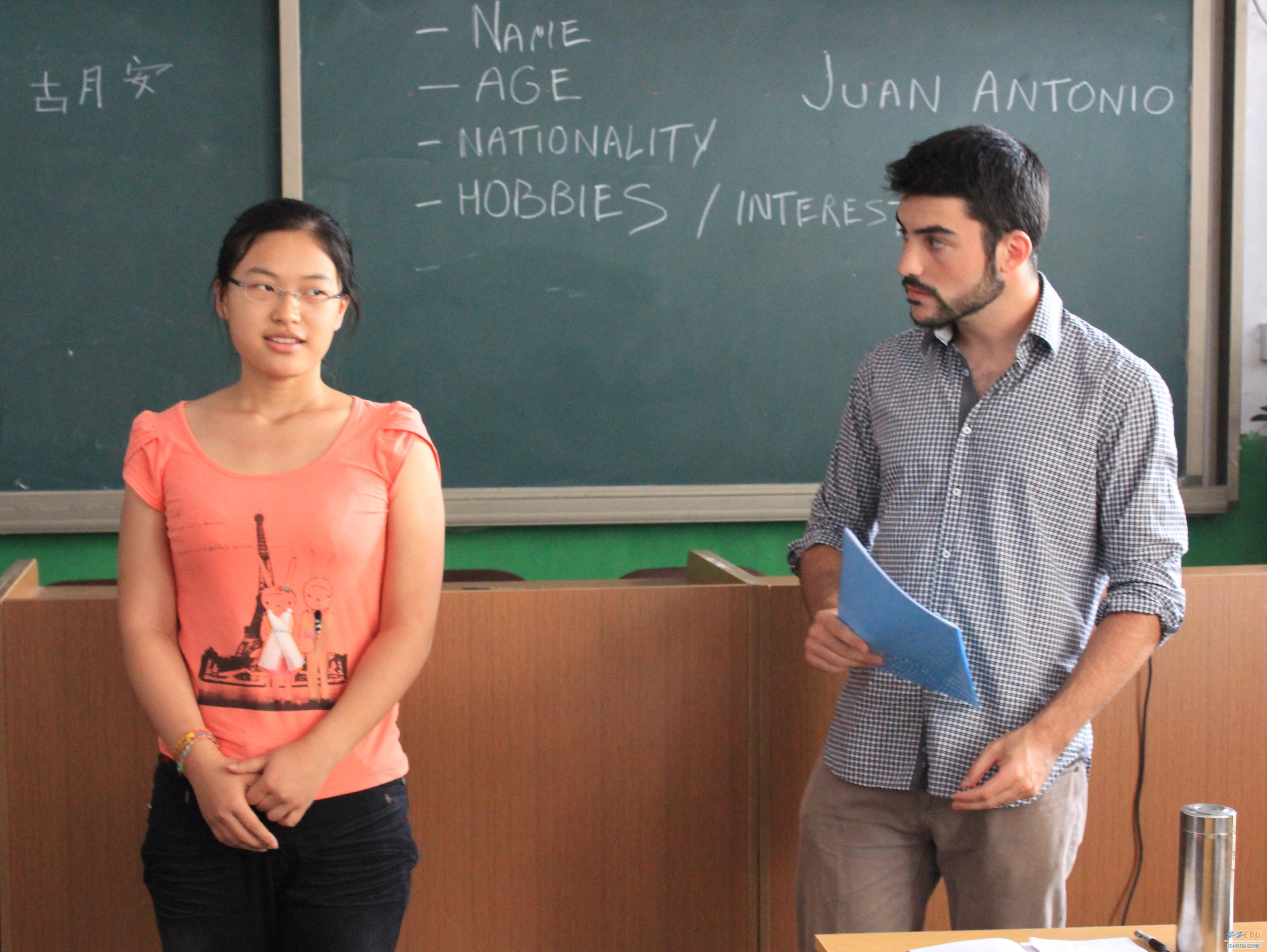 人妇教师�y��y�$M�_外籍教师与学生交流