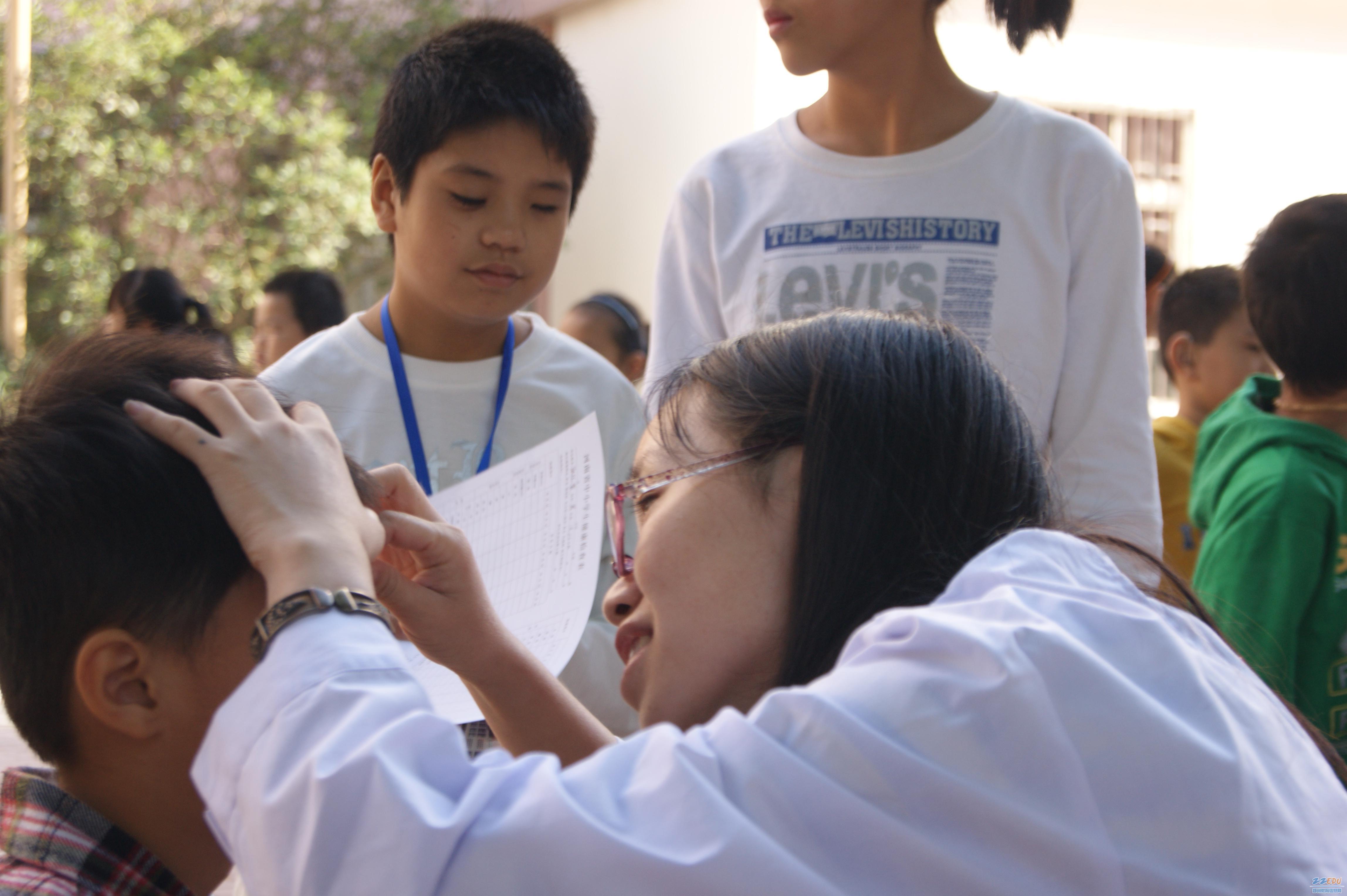 我们 责任/检查视力时,医护人员尤为认真。