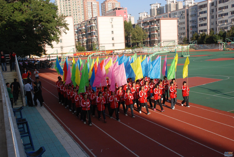 随着宣布运动会正式开始,各班队伍依次入场.图片