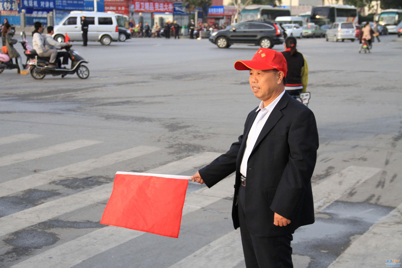 老党员刘保义老师为执勤更换西装图片
