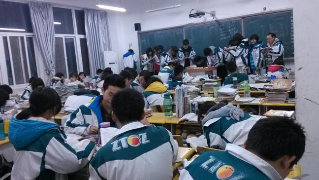 晚自习后教室里的学习氛围浓厚