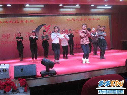 郑州市艺术工程学校与盲聋哑学校文艺交流 -严寒冬日送温暖,赠送围图片
