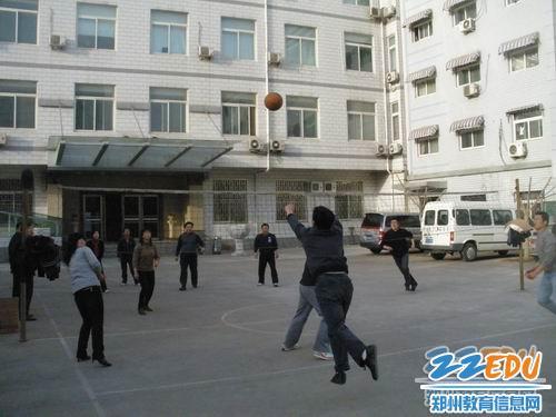 郑州二十四中 师生课间齐做操,锻炼身体展风貌