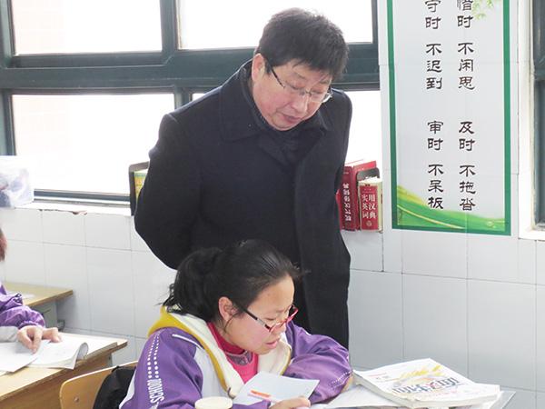 崔成林校长在课堂图片