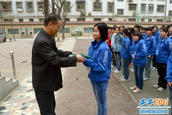 郑州市盲聋哑学校为盲聋同学免费发放春季校服