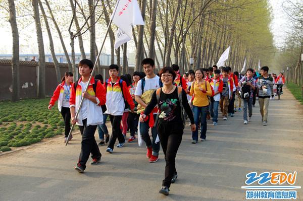 双脚丈量热情,郑州12中励志远足踏歌而行