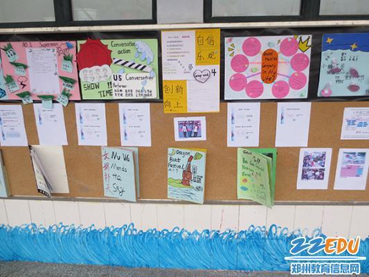 小组合作卡通囹�a_小小的展板上有大大的文章,原来是学校举办了\