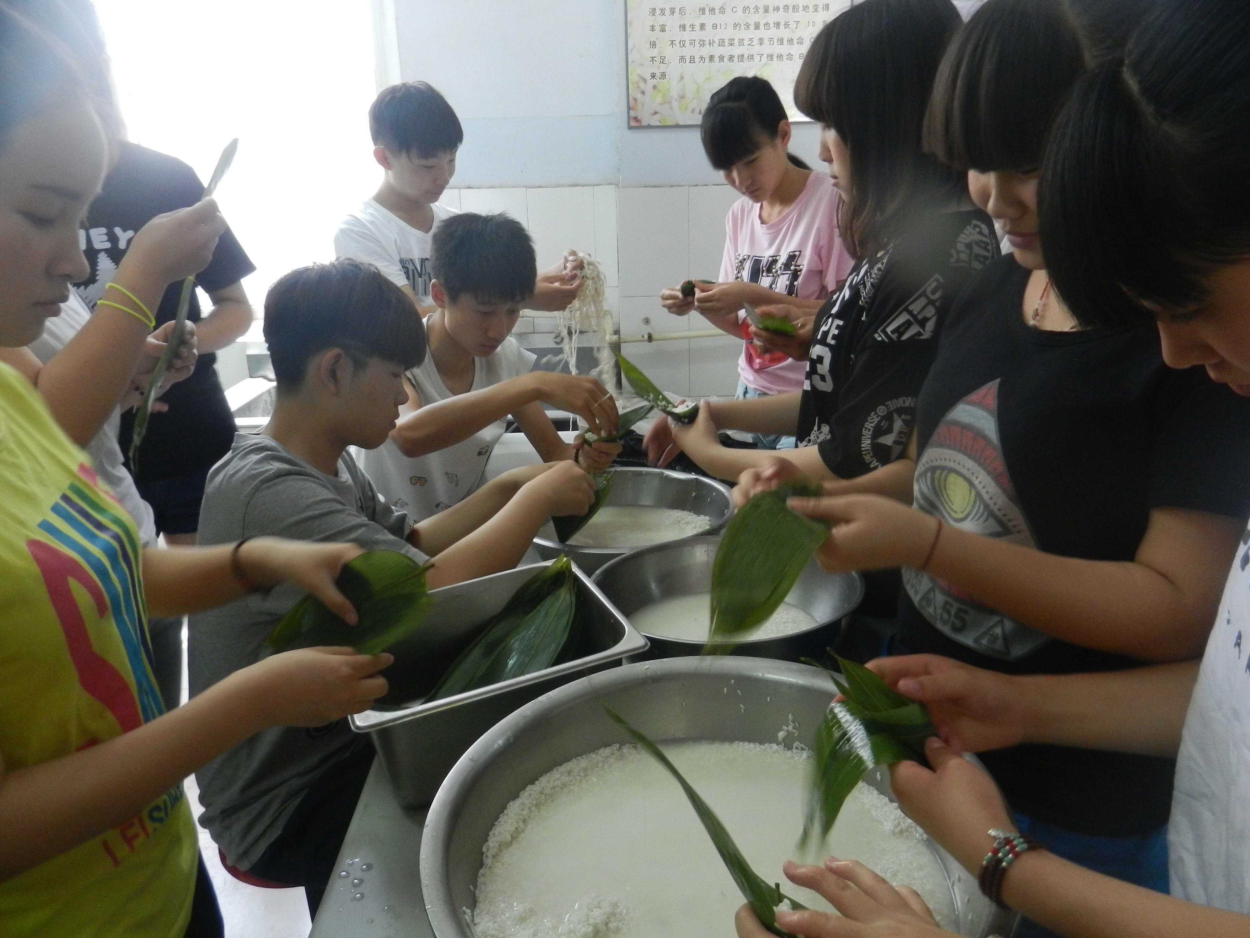 端午节学生包粽子