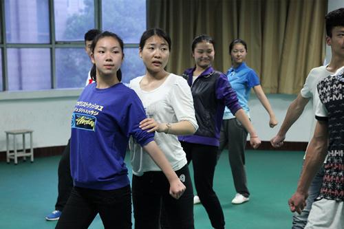 学生艹老师_刘洋老师指导学生进行啦啦操训练