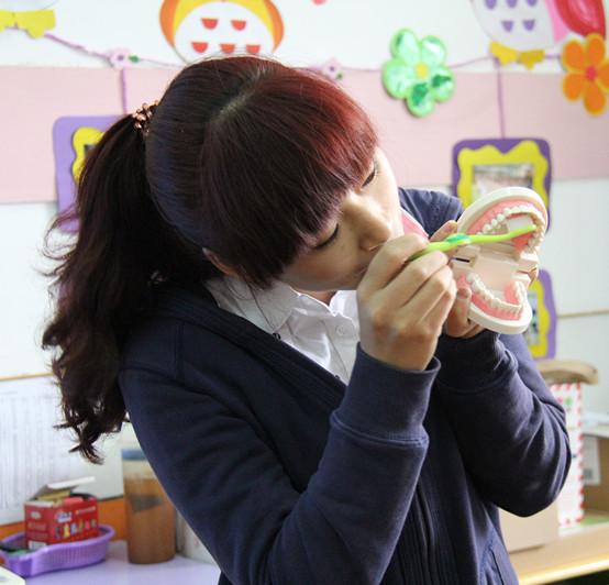 全国爱牙日,郑州市实验幼儿园开展《牙齿咔咔咔》主题图片