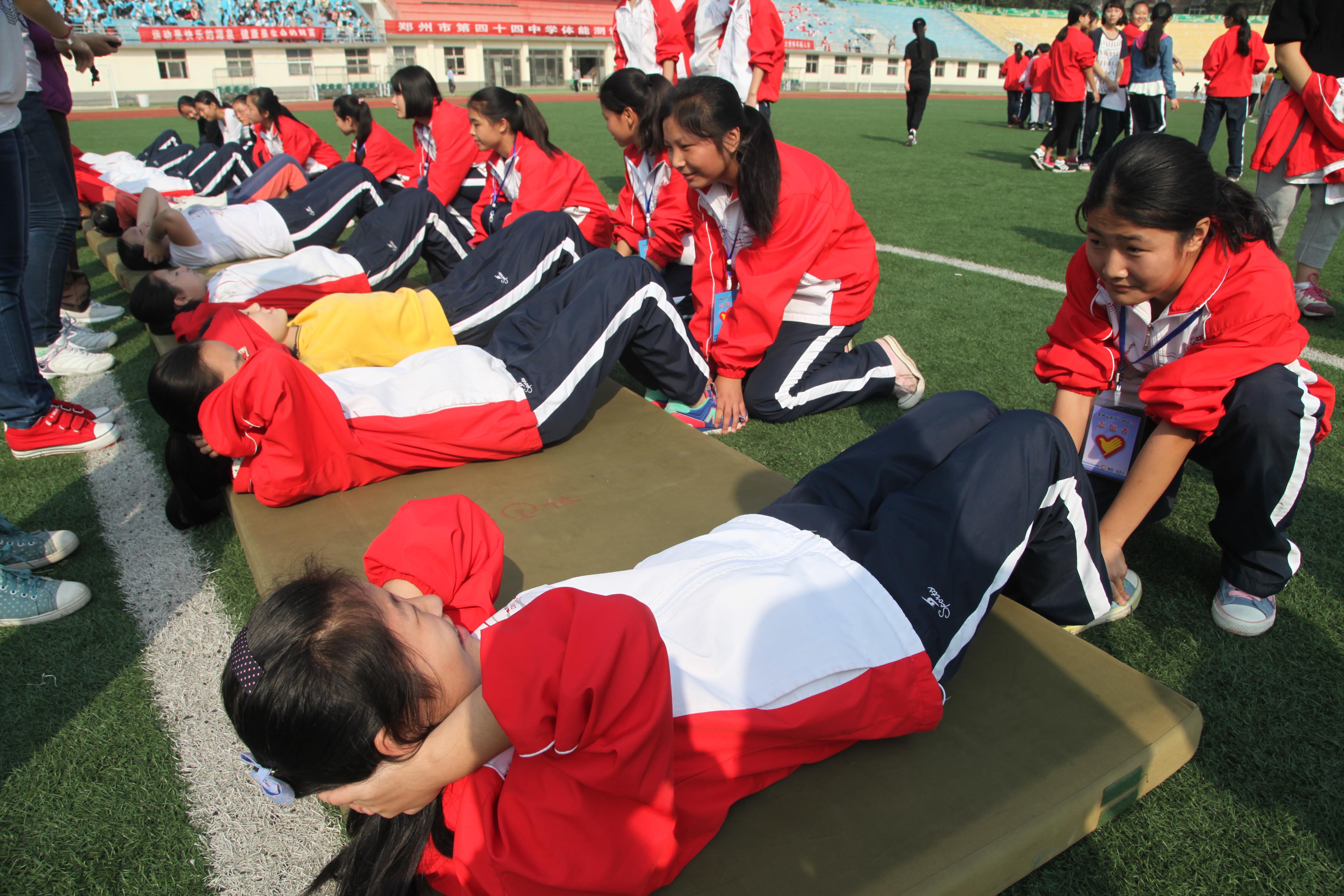 初中学生志愿者服务仰卧起坐项目图片