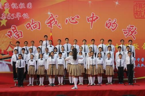 红歌会在全场合唱《今天是你的生日我的中国》的歌声中落下了帷幕.图片