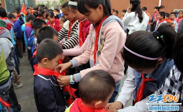 郑州高新区外国语小学金秋举行新少先队员入队仪式