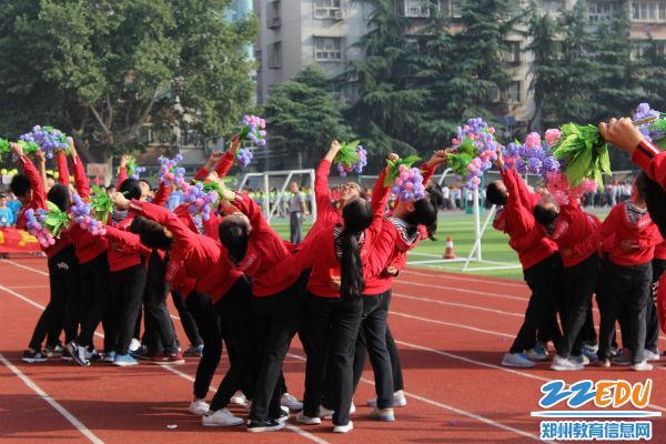 创意的表演,不是出现在舞台上,而是郑州45中运会开幕入场式的一部分.图片
