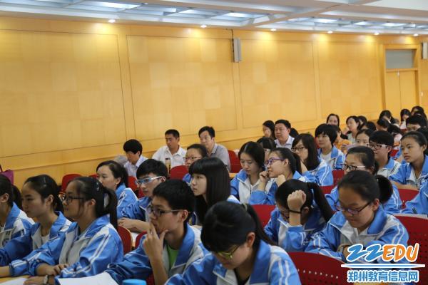 颖老师新授课《再塑生命的人》课堂,学生认真聆听-郑州回中举行