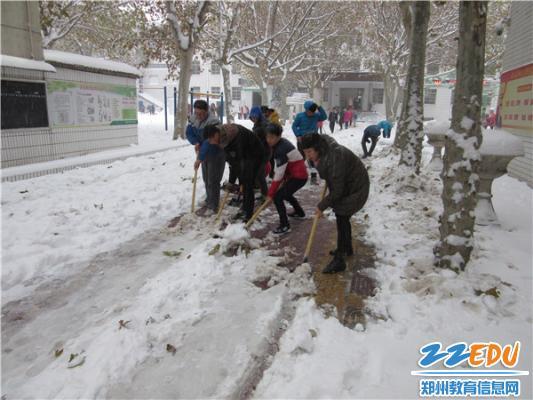 孩子们,我们一起来!——柴珍珠校长带头扫雪-以雪为令 见雪上岗 郑图片