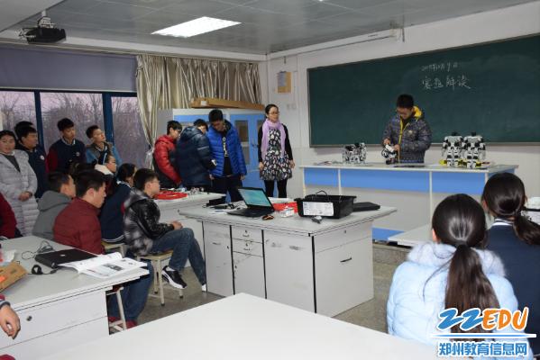 生在观摩47中机器人社团活动室-观摩社团活动 参演圣诞晚会 思贤中图片