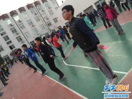 郑州47中八年级跳绳比赛精彩开赛